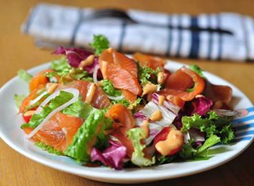 Salad cá hồi hun khói